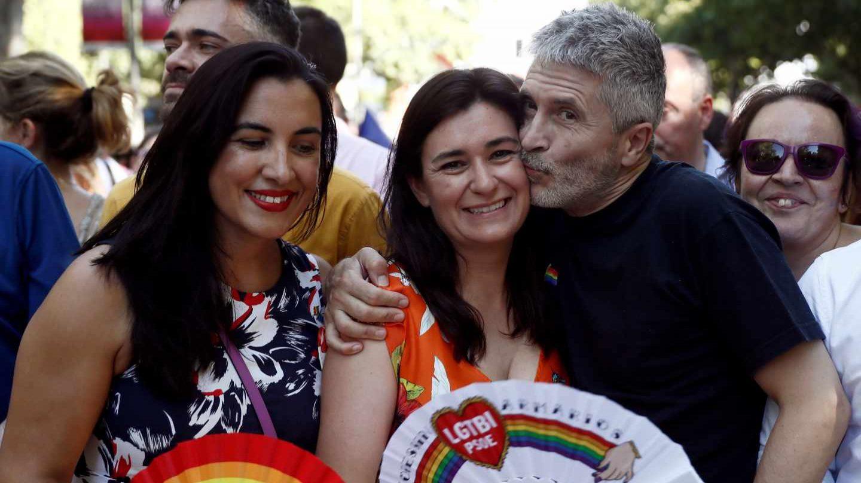 Fernando Grande-Marlaska besa a Carmen Montón en la marcha del Orgullo.
