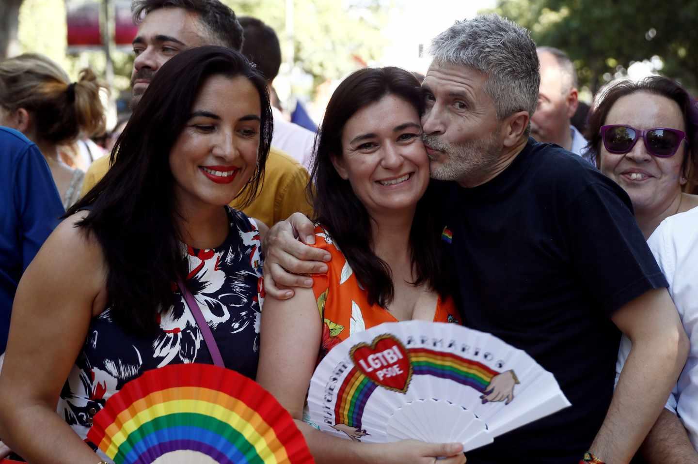 Fernando Grande-Marlaska besa a la ex ministra socialista Carmen Montón en la marcha del Orgullo Gay 2019.
