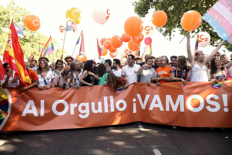 Políticos de Ciudadanos sujetando la pancarta con el lema 'Al Orgullo ¡VAMOS!'