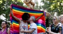 Dos hombres se besan durante la fiesta LGTBI en la capital.