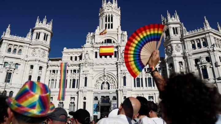 Manifestantes frente al Palacio de Cibéles.
