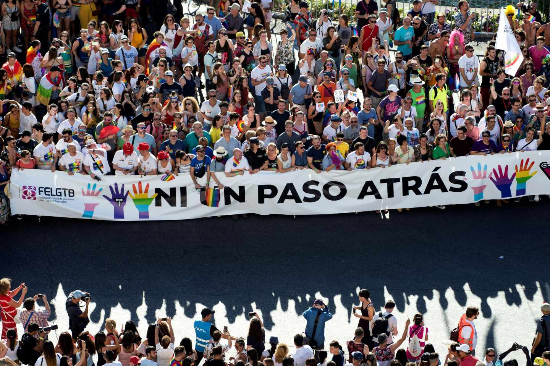 Pancarta con el lema 'Ni un paso atrás' durante el Orgullo.