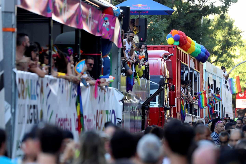 Carrozas preparándose para comenzar el desfile del Orgullo 2019.