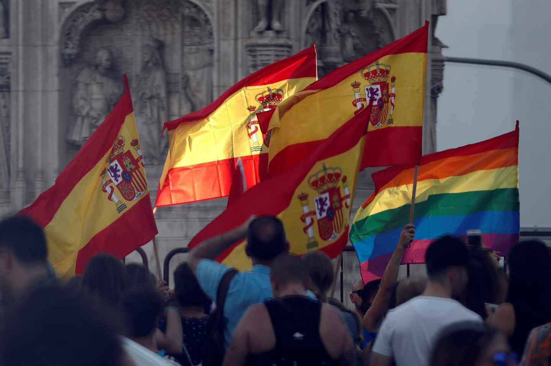 Banderas de España y del arcoíris.