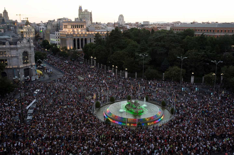 Miles de personas en la Plaza de Cibeles.
