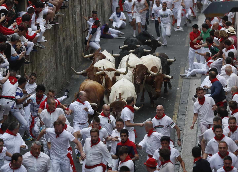 Multados dos corredores por grabar con el móvil en el primer encierro de San Fermín