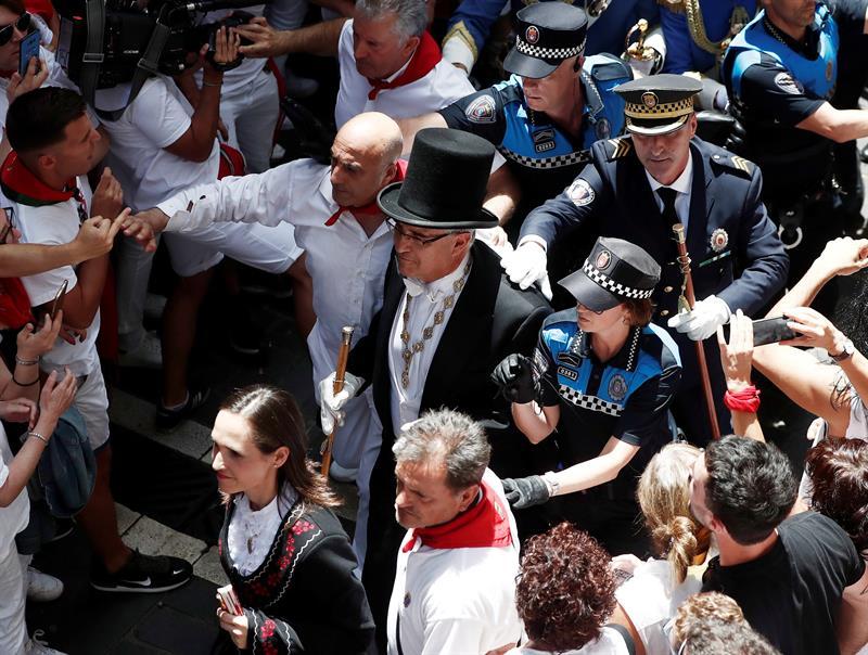 El alcalde Enrique Maya, protegido por la policía durante la procesión en honor a San Fermín.