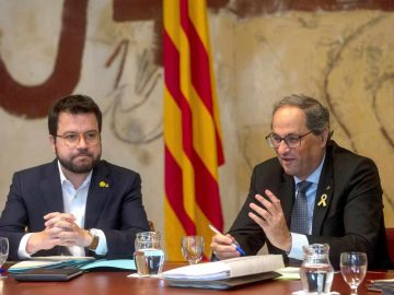 El presidente de la Generalitat, Quim Torra (d), junto al vicepresidente del Govern y conseller de Economía, Pere Aragonès.