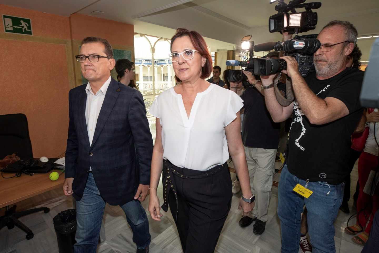 Los miembros del equipo negociador de Ciudadanos Isabel Franco (d) y Miguel Garaulet