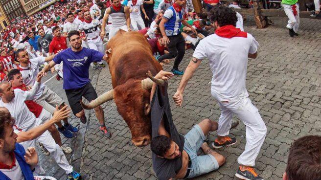 Los toros de la ganadería sevillana de Miura, a su paso por el tramo de Telefónica