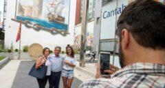 El presidente de Cantabria, Miguel Ángel Revilla, con turistas en Santander.