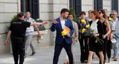 Sesión de investidura: Gabriel Rufián llega con flores amarillas.