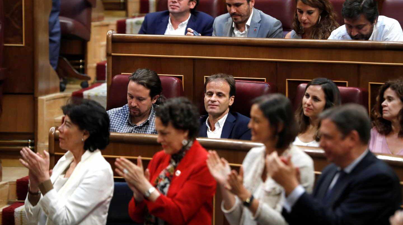 Sesión de investidura: Pablo Iglesias y el grupo de Podemos no aplaude a Pedro Sánchez.