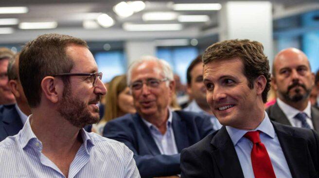 Pablo Casado junto a su nuevo portavoz en el Senado, Javier Maroto