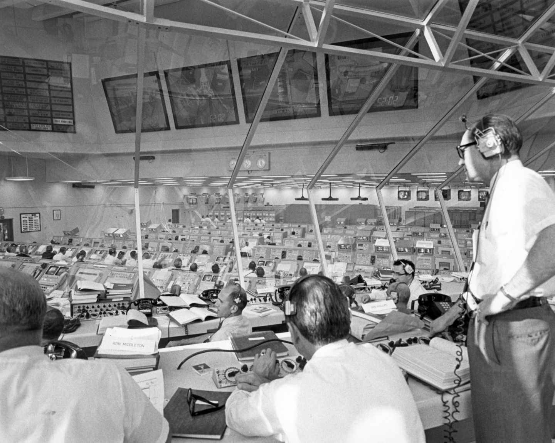 Desde la sala de control del Centro de vuelo espacial Kennedy (KSC), el teniente general Samuel C. Phillips, director del programa Apolo, supervisa las actividades previas al lanzamiento | NASA