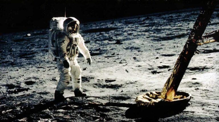 Buzz Aldrin se acerca a una de las patas del módulo lunar   NASA