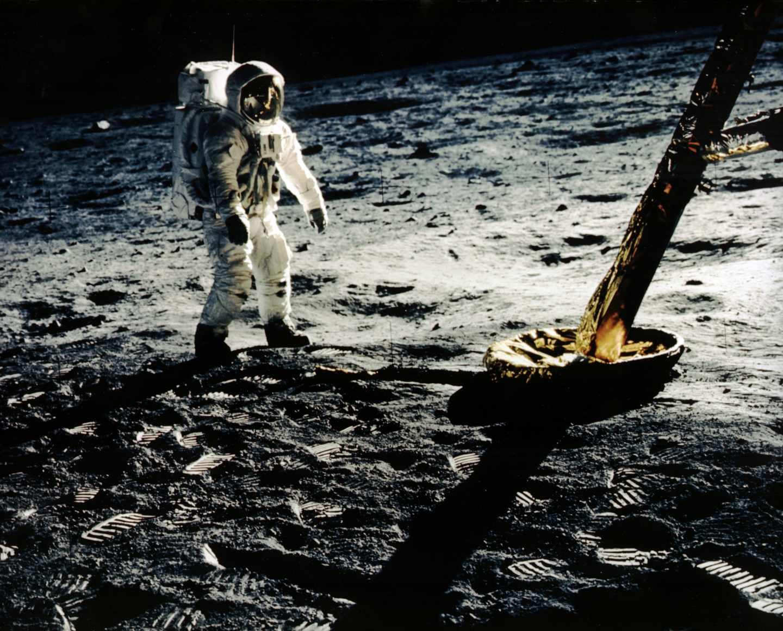 Buzz Aldrin se acerca a una de las patas del módulo lunar | NASA