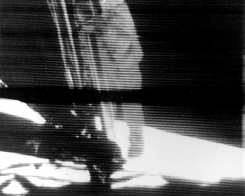 El momento en el que Armstrong baja del módulo para dar el primer paso de la humanidad en la luna | NASA