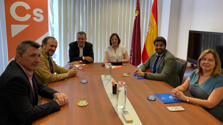 Los equipos negociadores de PP, Ciudadanos y Vox reunidos en Murcia.
