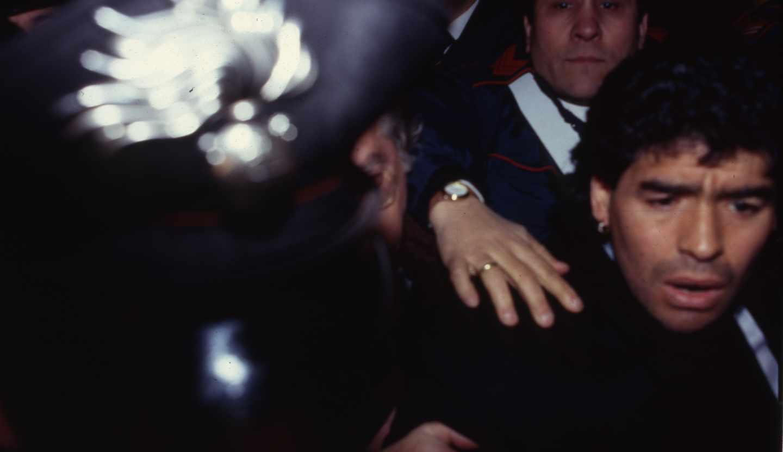 Maradona abandona un tribunal de Nápoles en 1991