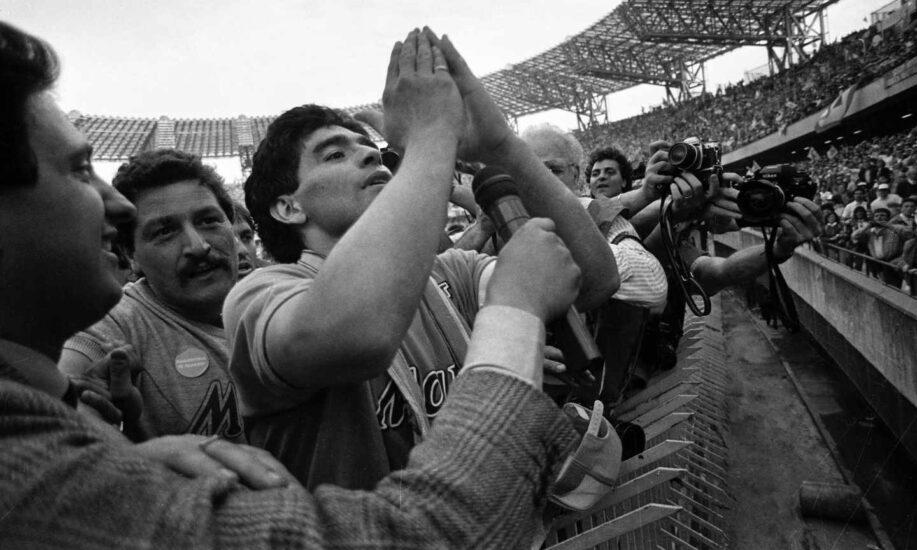 Maradona ante la hinchada del Nápoles