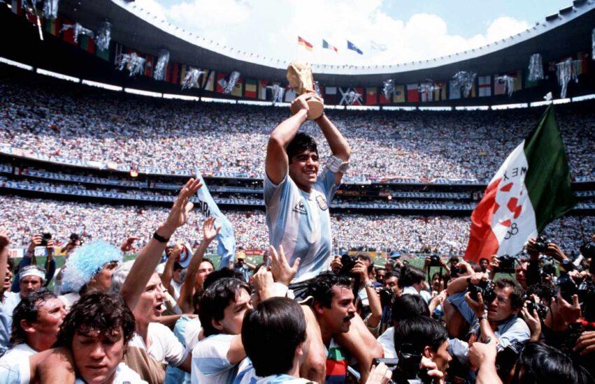 Maradona con la copa de campeón del mundo en 1986. Getty