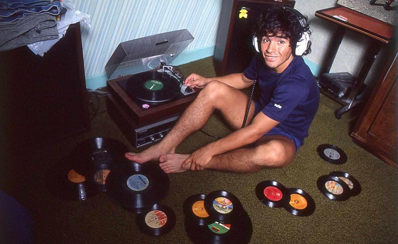 Maradona con discos de vinilo en 1980