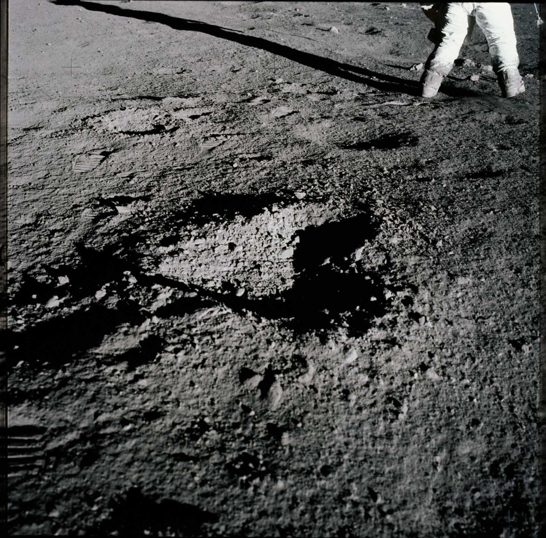 Un pequeño cráter en la superficie lunar durante la misión Apolo 12 en noviembre de 1969 | NASA
