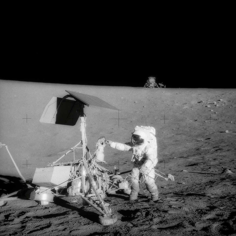 Fotografía de la misión Apolo 12 en noviembre de 1969 con el módulo lunar al fondo | NASA