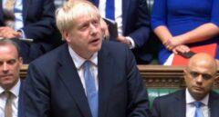 Boris Johnson, primer ministro, flanqueado por Sajiv Javid y Dominic Raab, en el Parlamento británico