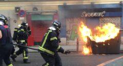 Los bomberos apagan las llamas del contenedor