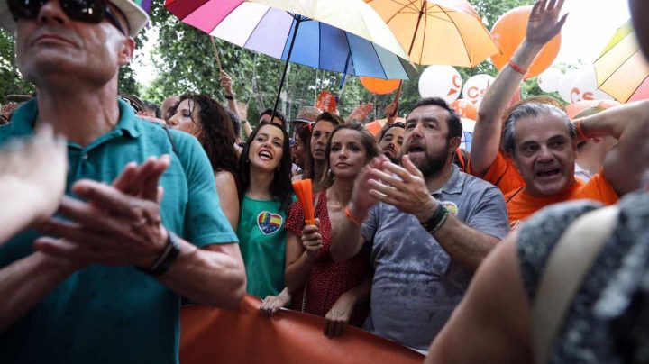 Cabecera de la comitiva de Ciudadanos durante el Orgullo Gay, con Inés Arrimadas y Patricia Reyes en el centro