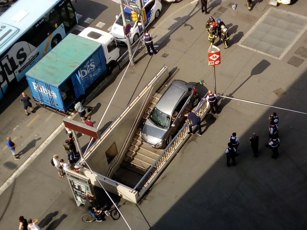 Insólito: una conductora confunde la entrada del metro con un parking
