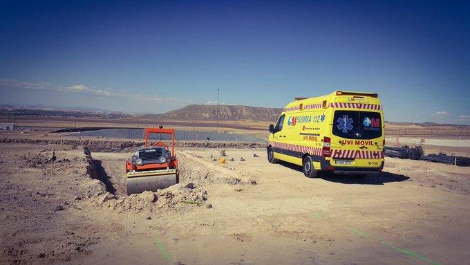 Imagen de la ambulancia del SUMMA 112 que ha atendido al trabajador de 45 años que ha sido atropellado accidentalmente por una apisonadora en Loeches.