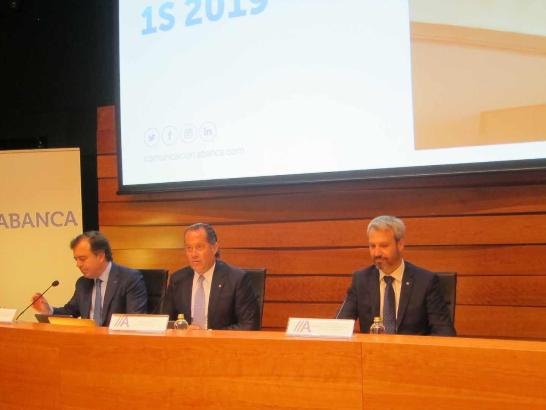 El presidente de Abanca, Juan Carlos Escotet (centro). en la presentación de resultados.