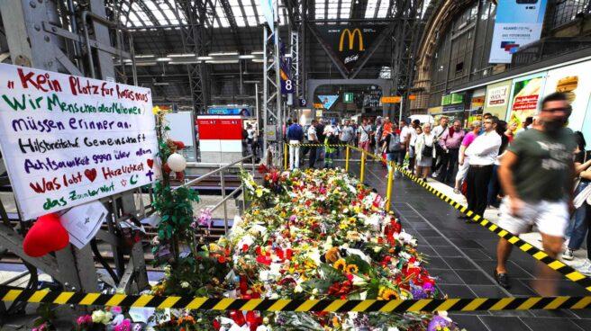 Flores, peluches y velas rinden homenaje al niño empujado a la vía del tren en Fráncfort.