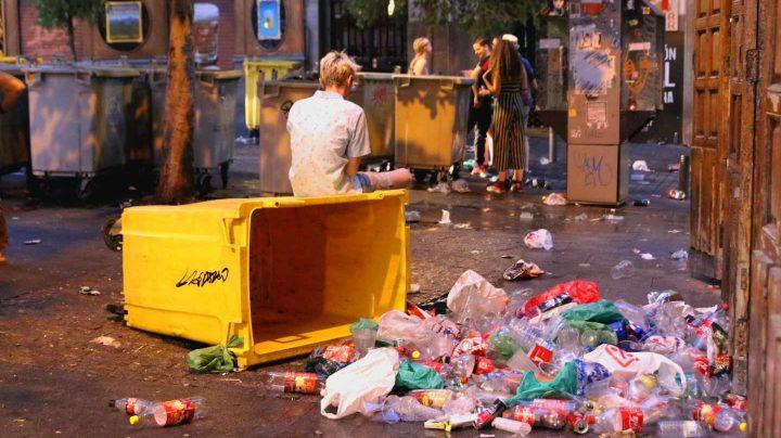 La basura inundó la Plaza de Chueca en la madrugada del domingo