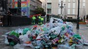 Montaña de residuos en la plaza de Pedro Zerolo