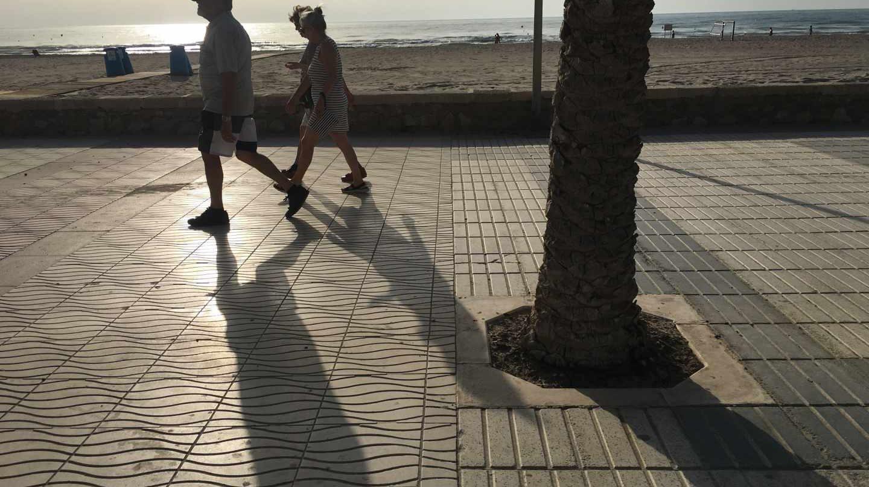 Punto de la playa de San Juan donde se unen los paseos marítimos de los municipios de Alicante y Campello.