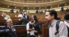 Pablo Iglesias llega a su escaño.