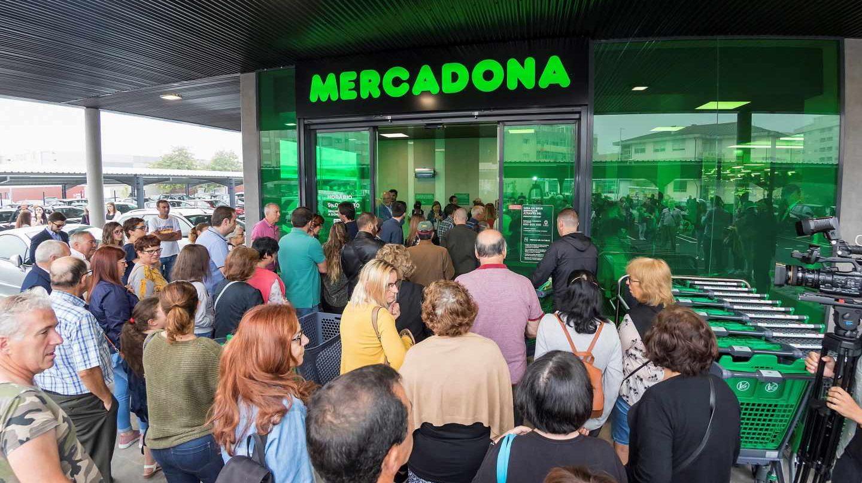 Clientes hacen cola en una de las dos tiendas de Mercadona en Portugal.