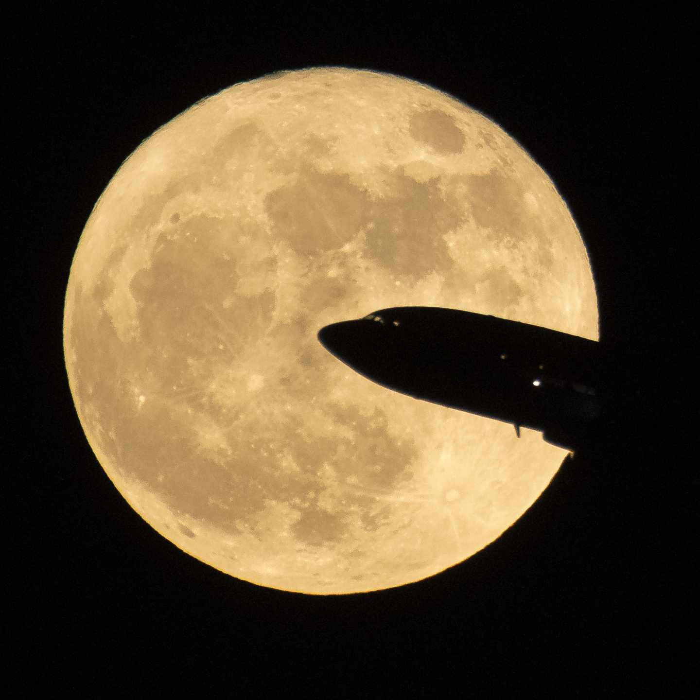 Un avión despega durante la superluna de diciembre de 2017 en el aeropuerto Ronald Reagan de Washington | NASA/Bill Ingalls