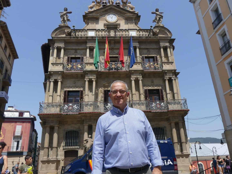 El alcalde de Pamplona, Enrique Maya, ayer frente al Ayuntamiento de la capital navarra.
