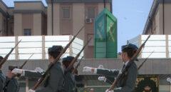 Guardias civiles, desfilando ante el director general (Félix Azón) y la hoy vicepresidenta en funciones, Carmen Calvo.