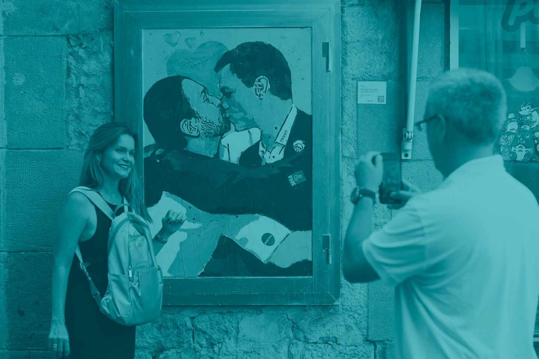 Un grafiti en el que Sánchez e Iglesias se besan, en Barcelona.