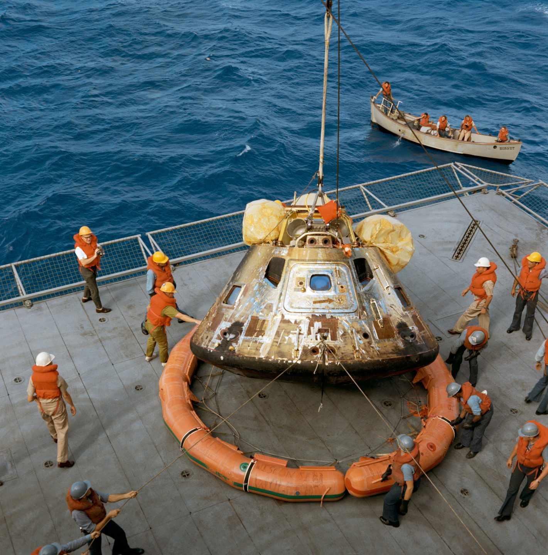 El portaaviones U.S.S. Hornet recoge el módulo lunar en el pacífico tras el regreso de la luna | NASA