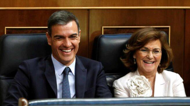 Pedro Sánchez y Carmen Calvo durante la sesión de investidura