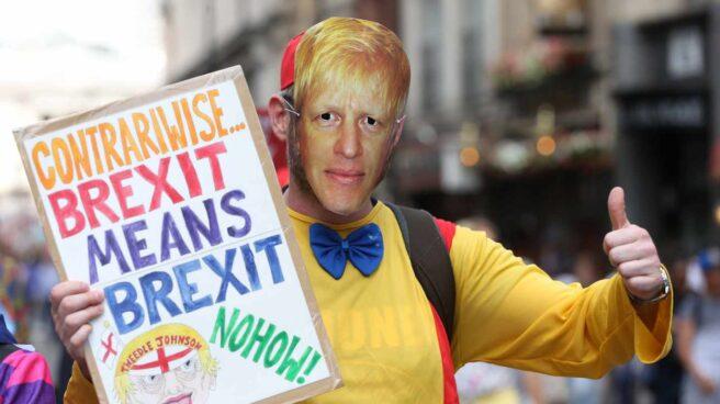 n manifestante con la careta de Boris Johnson en una protesta en Londres.