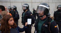 Un agente de la Guardia Civil frente a una votante durante el 1-O