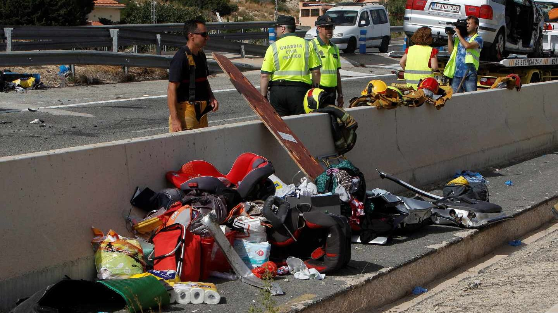 La Guardia Civil trabaja en la escena del accidente que ha obligado a cortar la AP-7 a la altura de El Campello (Alicante).